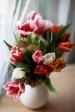 Tulpen in einem Glas stockbild
