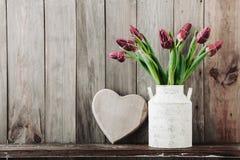 Tulpen in einem Weinlesetopf Stockfotografie