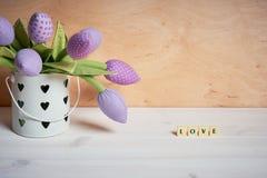 Tulpen en het liefdewoord op een witte lijst royalty-vrije stock foto