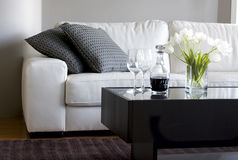 Tulpen en wijn in moderne woonkamer royalty-vrije stock foto's