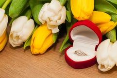 Tulpen en zilveren verlovingsring op een houten achtergrond Royalty-vrije Stock Foto's