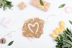 Tulpen, Kästen mit Geschenken und Bänder um die Süßigkeit in Herzen s Stockfotos