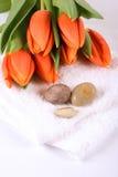 Tulpen, kiezelstenen en handdoek Royalty-vrije Stock Afbeelding