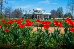 Tulpen met Monticello-Landgoed in Afstand Royalty-vrije Stock Foto