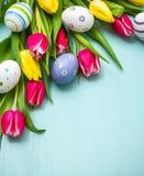 Tulpen mit bunten Ostereiern Stockfotos