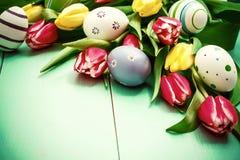 Tulpen mit bunten Ostereiern Stockfoto