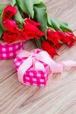 Tulpen mit Präsentkarton Stockfotografie
