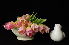 Tulpen mit Vogel stockfotos