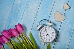 Tulpen mit Wecker und Herzen Stockbild