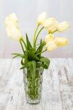Tulpen op een glaspot stock fotografie