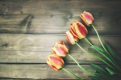 Tulpen op houten lijst Stock Fotografie