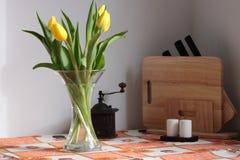 Tulpen op keukenlijst Royalty-vrije Stock Foto's