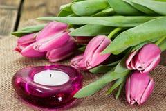 Tulpen op oude bruine houten lijst met een Stickies Royalty-vrije Stock Fotografie