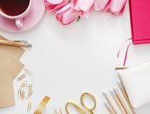 Tulpen, Tastatur und Büroartikel auf weißem Brett Stockfotos