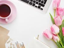 Tulpen, Tastatur und Büroartikel auf weißem Brett Lizenzfreie Stockbilder