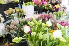 Tulpen und Blumensträuße in einem Markt in Paris Frankreich lizenzfreie stockfotos