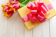 Tulpen und Geschenk in einem Kasten lizenzfreie stockfotos
