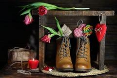 Tulpen und Geschenke auf einer Holzbank stockfotografie