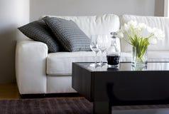 Tulpen und Wein im modernen Wohnzimmer Lizenzfreie Stockfotos