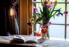 Tulpen- und Zeitschriftenstillleben lizenzfreie stockfotografie