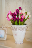 Tulpen in vaas stock foto's