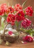 Tulpenbloemen en paaseieren stock afbeelding