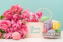 Tulpenbloemen en pastelkleur gekleurde paaseieren Stock Foto's