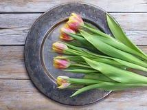 Tulpenbloemen op een koperdienblad Stock Afbeelding