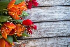 Tulpenbloemen op een oude houten achtergrond royalty-vrije stock afbeeldingen