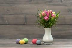 Tulpenblumen mit Ostereiern Abbildung der roten Lilie Lizenzfreies Stockfoto