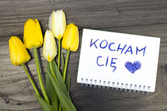 Tulpenblumenstrauß und -notizblock mit Wörter ` kocham ciÄ™ ` Stockfotos