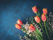 Tulpenboeket op de donkere kaart van de achtergronduitnodigingsgroet Royalty-vrije Stock Foto
