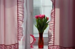 Tulpenboeket op vensterbank Royalty-vrije Stock Foto's