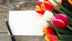 Tulpenbos op de donkere achtergrond van schuur houten planken Stock Afbeelding