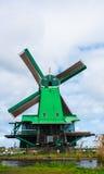 Tulpenfeld adnd alte Mühlen im netherland Lizenzfreies Stockbild
