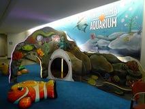 Игровая площадка аквариума международного аэропорта Tulsa для детей стоковая фотография