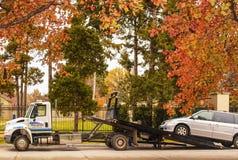 Tulsa EUA reboca o caminhão com o operador que faz ajustes que uma camionete é carregada no reboque na rua em um bonito e colorid imagem de stock