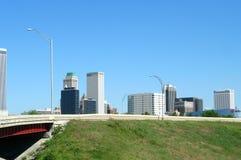 Tulsa im Stadtzentrum gelegen mit Brücke stockfotos