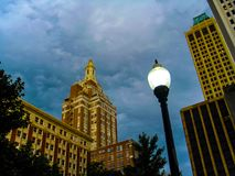 Tulsa Oklahoma i stadens centrum under-dramatiska himlar Royaltyfria Bilder