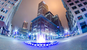 Tulsa stad som ses på natten Arkivbild