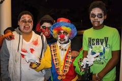 Tulsa U.S.A. quattro boyss afroamericani nella pittura ed in una del fronte dello zombie si è vestita come uno scherzetto o dolce fotografie stock
