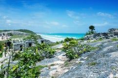 Tulum玛雅废墟沿美丽的海洋,墨西哥的 免版税库存照片