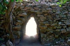 Tulum玛雅曲拱入口在墨西哥 库存图片