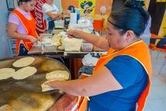 TULUM,墨西哥- 2018年1月10日:做玉米粉薄烙饼的未认出的女工在墨西哥 免版税图库摄影