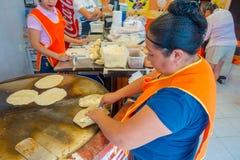 TULUM,墨西哥- 2018年1月10日:做玉米粉薄烙饼的未认出的女工在墨西哥 免版税库存图片