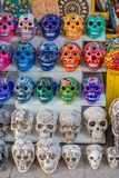 TULUM,墨西哥- 2018年1月10日:关闭五颜六色的玛雅陶瓷头骨,在古老玛雅艺术的一个规则主题 库存照片