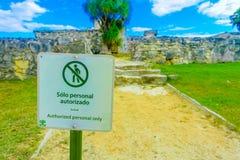 TULUM,墨西哥- 2018年1月10日:在接近的一个mettalic结构只写的忠告标志的授权个人 免版税库存照片