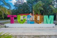 TULUM, ΜΕΞΙΚΌ - 10 ΙΑΝΟΥΑΡΊΟΥ 2018: Υπαίθρια άποψη των μη αναγνωρισμένων ανθρώπων που θέτουν τις τεράστιες ζωηρόχρωμες επιστολές  Στοκ φωτογραφία με δικαίωμα ελεύθερης χρήσης