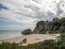 Tulum, Мексика, Южная Америка: [Руины Tulum старого майяского города, туристского назначения, карибского моря, залива, пляжа] стоковые изображения