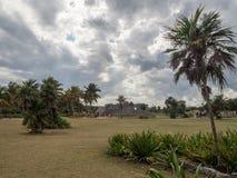 Tulum, Мексика, Южная Америка: [Руины Tulum старого майяского города, туристского назначения, карибского моря, залива, пляжа] стоковые фотографии rf